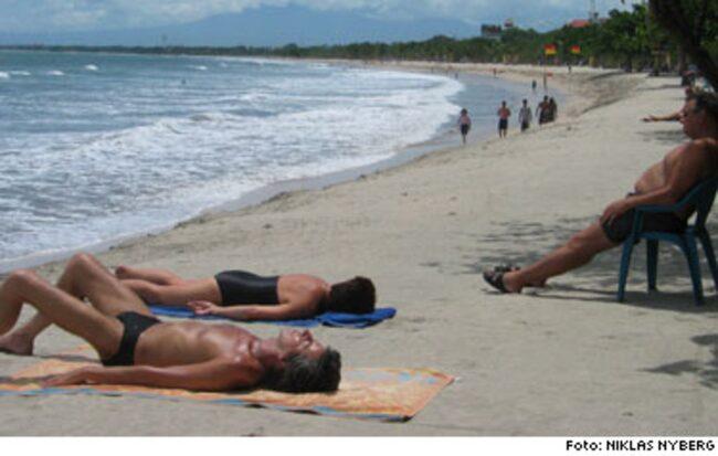 """På väg tillbaka. Snart två år efter terrorattackerna har turisterna börjat återvända till Bali. Men USA varnar fortfarande för ett """"pågående terrorhot""""."""