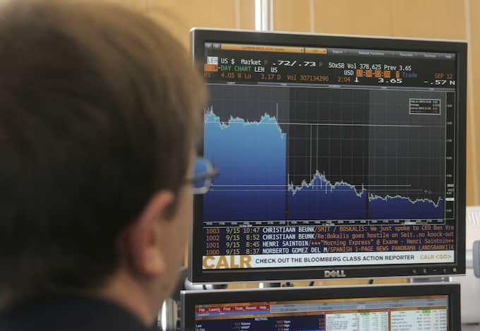 När banken Lehman brothers kraschade 2008 kastades finansvärlden in i en djup kris. Ur detta föddes den oberoende valutan bitcoin. Foto: MICHEL EULER / AP