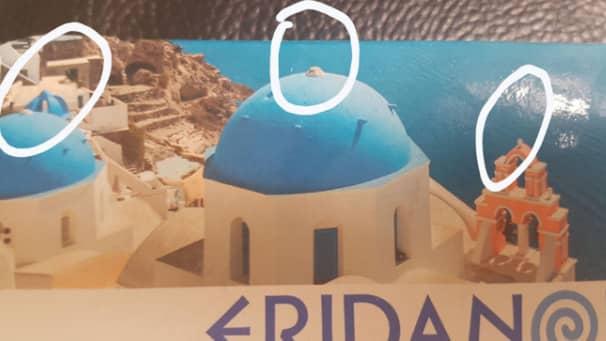 Korsen fattas på de grekiska kyrkorna, inringad av en brittisk bloggare som uppmärksammade retucheringen.