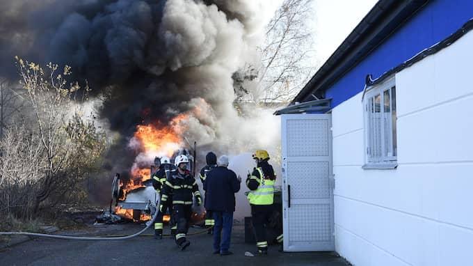 Flera butiker i Staffanstorp har utrymts efter att ett lastbilssläp börjat brinna. Foto: / Anders Gronlund www.strixphoto.net
