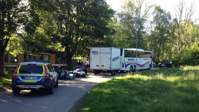 Fem asylsökande på väg till Blinkarpsgården vägrar att lämna bussen de kom med. Foto: LÄSARBILD