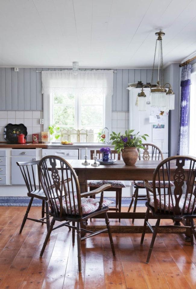 Köket är köpt på nätet och målat med en färg från Gysinge byggnadsvård.