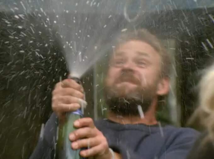 Här sprutar vinnaren champagne!