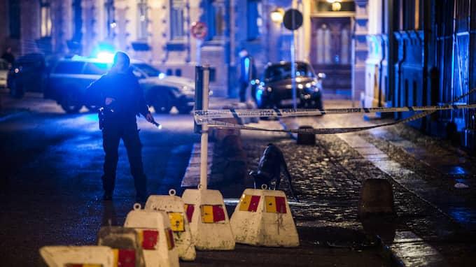 I lördags attackerades synagogan i Göteborg. En stor grupp maskerade män kastade brinnande föremål mot byggnaden. Foto: HENRIK JANSSON