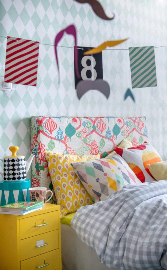 Tips och inspiration när du ska inreda barnrummet. Mönsterfest! Lekfullt  sovrum med tyger från Bemz som gör designade överdrag till Ikea-möbler 5520c1246ec40