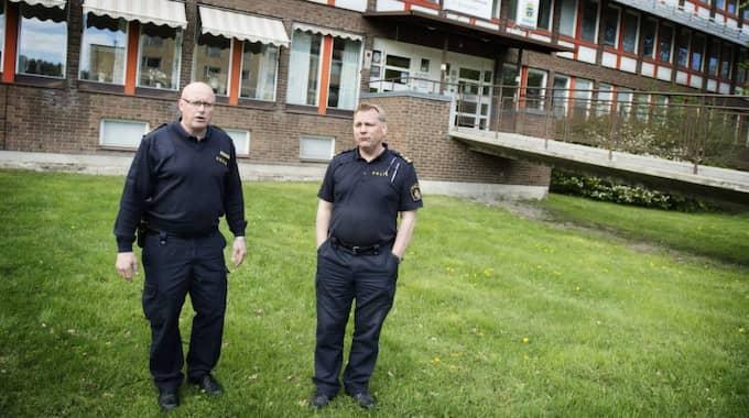 Poliserna Rolf Engström och Lars Fredin ligger bakom kartläggningen. Foto: Anna-Karin Nilsson