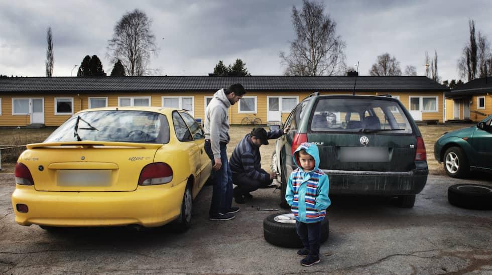 Rizgar Babiri måste byta ut däcken på sin bil – alla har blivit sönderskurna. Foto: Anna-Karin Nilsson / ANNA-KARIN NILSSON EXPRESSEN