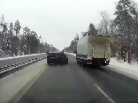 Slalom på vinterväg är ingen bra taktik – men den här BMW-föraren gör det ändå och tvingar ut lastbilen i skogen!