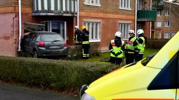 Bil körde rakt in i lägenhet i Skara