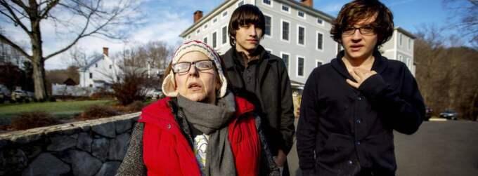 Psykologen Jeannie Pasacreta och hennes två söner, Jesse Pasacreta, 17, och John Paul Michad, 18 säger att misstänkte skolmördaren var introvert och blyg. Foto: Örjan Ellingvåg