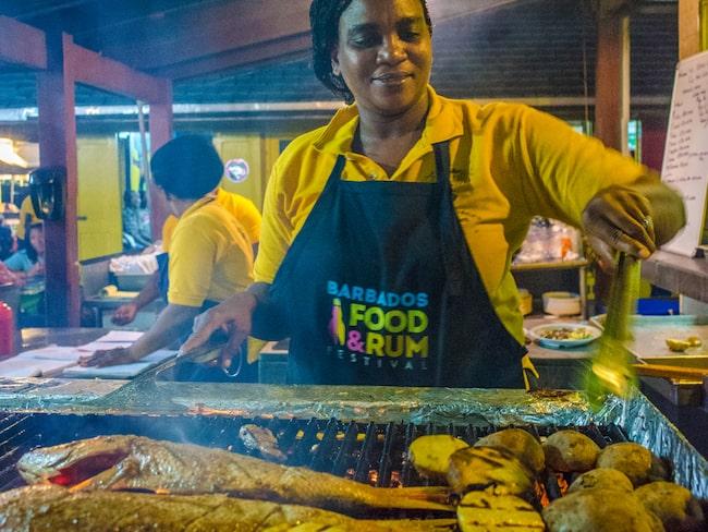 Fredagskvällarna på Oistins Fish Frys legendariska fiskmarknad på södra delen av ön är populära bland både lokalbefolkningen och besökare.