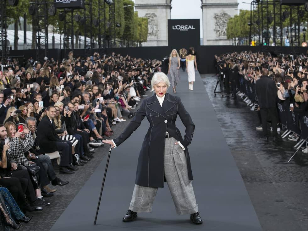 Skådespelerskan Hellen Mirren syntes på L'Oréals visning i Paris nyligen. Foto: KAMIL ZIHNIOGLU / AP TT NYHETSBYRÅN