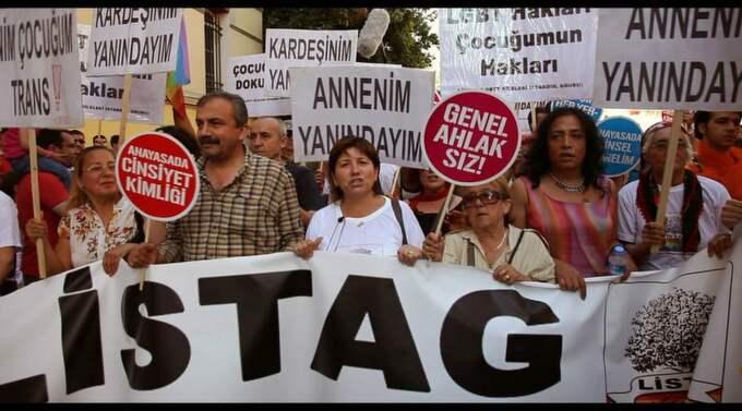 Farsor och morsor på stan. Listag-gruppen demonstrerar för homosexuellas villkor under Istanbul Pride 2011. Foto: SURELAFILM