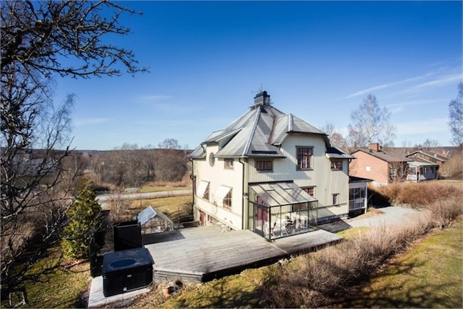 På baksidan fins ett stort soldäck i trä med jacuzzi, utedusch och växthus, samt inglasat uterum.