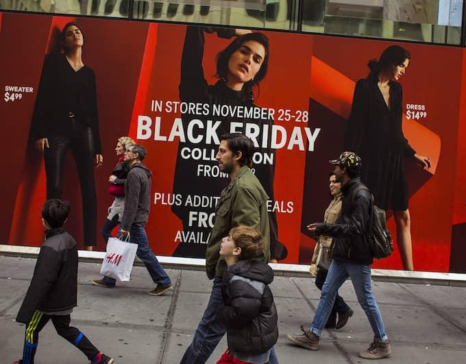Black Friday kommer ursprungligen från USA, där namnet syftar till att dagen är den dag då handelns röda siffror vänder och blir svarta – då startar julhandeln. Foto: ANDRES KUDACKI / AP TT NYHETSBYRÅN
