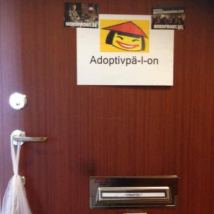 SMR tar på sig handlingen, och hängde en påse päron och en nidbild på en asiatisk kvinna på dörren.