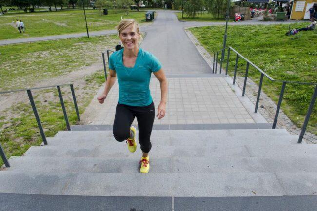 <strong>VECKA 1</strong><br><strong>Viktnedgång och fastare bak</strong><br><strong>Gå uppför i trappor</strong><br>Börja med att gå uppför trappor - det är bra för konditionen och förbränningen. Ju mer andfådd du blir desto fler kalorier förbränner du, inte bara under passet utan även timmarna efteråt.<br><strong>HUR OFTA: </strong>20 minuter, två gånger i veckan.<br><br><strong>Spring mellan lyktsto</strong>l<strong>pa</strong>r<br>Jogga till en lyktstolpe, gå till nästa, och spring allt du kan till den tredje. Det är kontrasterna man vill ha åt. Intervallträning är den mest effektiva förbränningsmetoden, och du kan bränna allt från 250-550 kalorier under ett pass men också en hel del efteråt.<br><strong>HUR OFTA: </strong>20 minuter, två gånger i veckan.<br><br>Se nästa bild för den tredje övningen vecka 1.