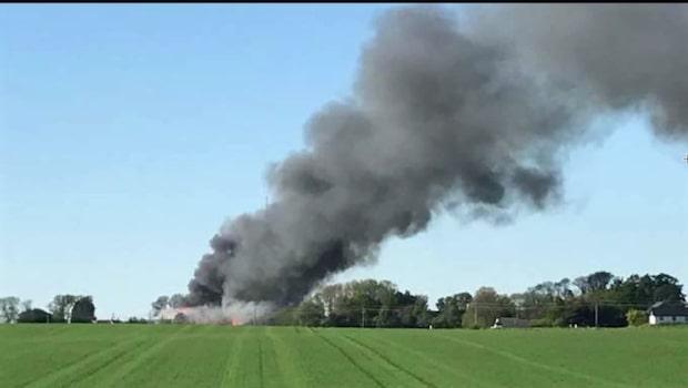 Våldsam brand rasar i tre lador