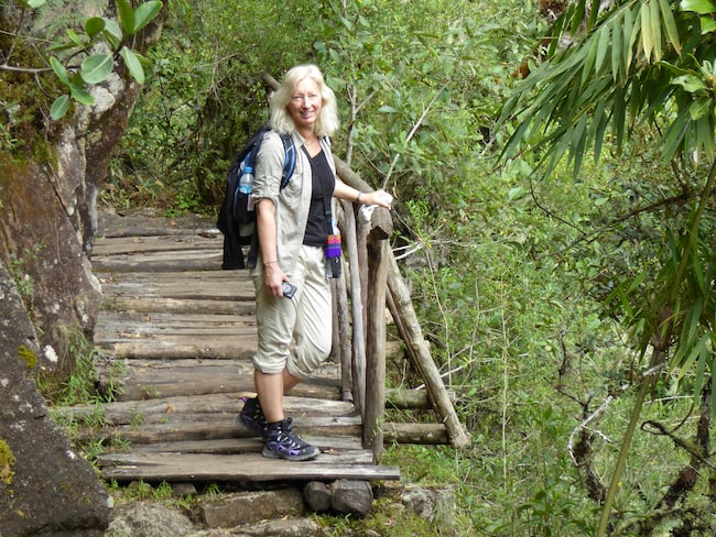 Cecilia Linde tar en paus på en av de små broarna.