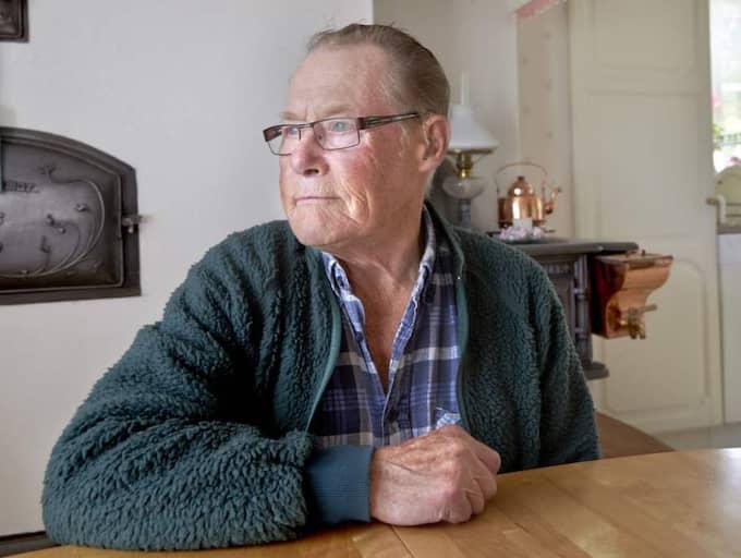 Bertil Karlssons hustru Berit föll ihop och dog på sin makes födelsedag. Hon lades in på sjukhus där hon blandades ihop med en kvinna med samma namn - och fick hennes medicin. Hon drabbades av flera hjärnblödningar och gick bort. - De första månaderna kände jag liksom att hon kom och gick här, fast det inte var någon, säger Bertil Karlsson, 82. Foto: Mats Samuelsson
