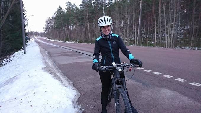 Strax före kl 15 i dag kom Linda Tufvesson fram till Falun efter att ha cyklat de 70 milen från Bjärred. Foto: Privat