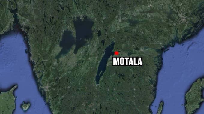 En skolbuss i Motala har kört i diket och vält omkull.