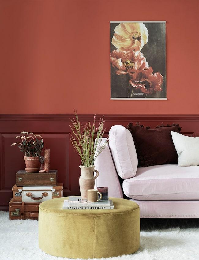 En studie i rött. Här är väggen målad i Beckers färg Tegel 666 och panelen i Torp 66.