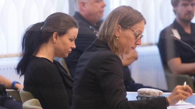 Johanna Möller i tingsrätten. Hon dömdes till livstids fängelse. Här med sin advokat Amanda Hikes. Foto: FREDRIK SANDBERG/TT