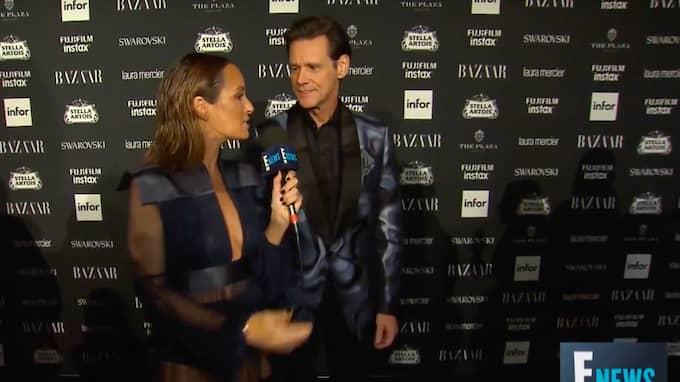 Jim Carrey förbryllar – och irriterar – nöjesvärlden med sin bisarra intervju på röda mattan under modeveckan i New York. Foto: E! News
