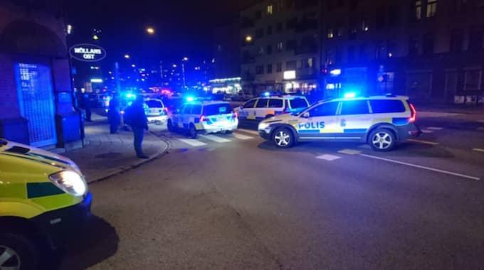Enligt uppgifter från platsen ska nio polisbilar vara på plats. Foto: Mikael Nilsson
