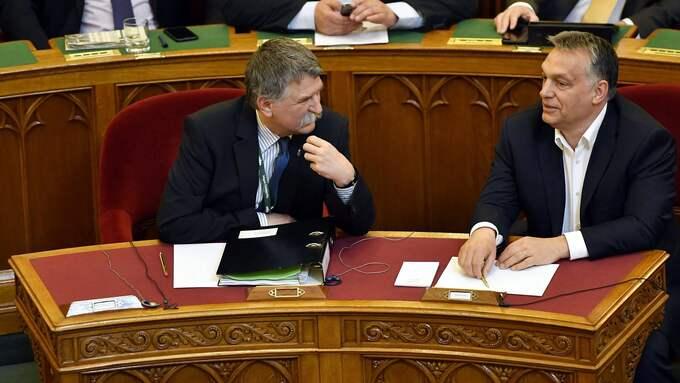 Viktor Orbén i samtal med talmannen Laszlo Kover under debatten om de nya universitetsreglerna. Foto: TIBOR ILLYES / EPA / TT