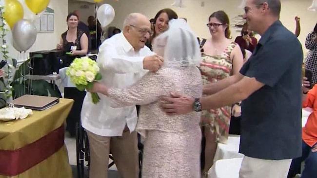 """<span>Paret var uppklädd i vitt när de sa """"ja"""" till varandra.</span>"""
