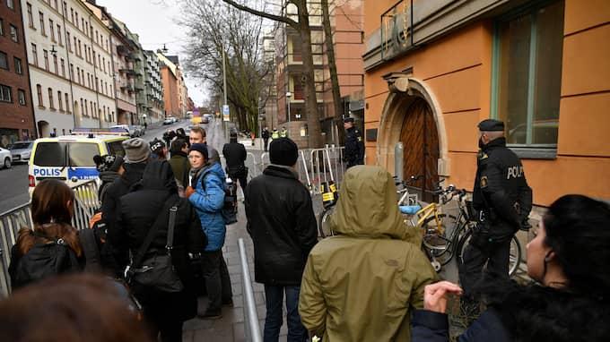 En lång kö ringlade sig utanför tingsrätten på tisdagsmorgonen. Foto: ALEX LJUNGDAHL