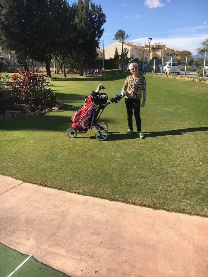 Monica Pettersson vid golfbanan.