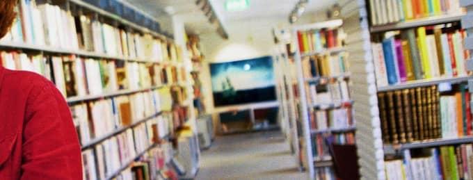 Ge oss fler språk i bokhyllorna! Foto: Jael Räisänen