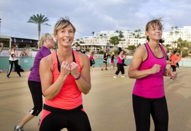 INGEN VILSAM SEMESTER. Maria Persson och Helene Kall från Katrineholm tränar flera gånger om dagen på Fuerteventura. Här kör de ett hårt combatpass.