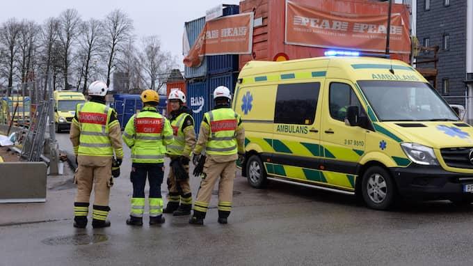 Räddningstjänsten, sjukvårdspersonal och polis arbetar på platsen. Foto: Carl Carlert