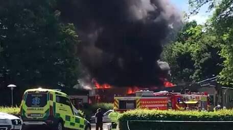 Det brinner med öppna lågor, enligt vittnen. Foto: Läsarbild