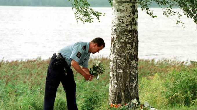 En polis lägger blommor vid platsen där Kevin hittades död. Foto: STEFAN HYTTFORS