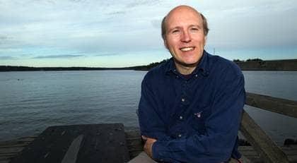 Pengarna har inte förändrat livet för David Axmark, som fortsätter att resa i ekonomiklass. Foto: ROGER VIKSTRÖM
