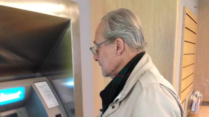 Bengt Rinaldo vid bankomaten som tog hans pengar. Foto: Privat