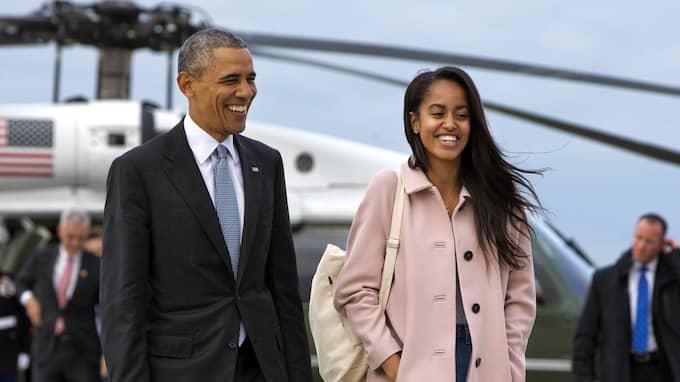 Barack Obama lämnade presidentskapet i januari 2017. Här tillsammans med dottern Malia Obama. Foto: JACQUELYN MARTIN / AP TT NYHETSBYRÅN
