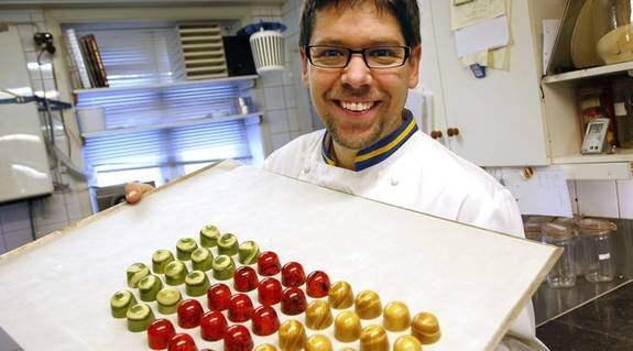 """Gottis för kändisar. """"Man ska tänka Oj, Oj Oj och smakerna ska avlösa varandra när man äter min choklad. Det är häftigt att pralinerna kommer från Lilla Edet"""", säger Emanuel Andrén stolt. Foto: PETER MAGNUSSON"""