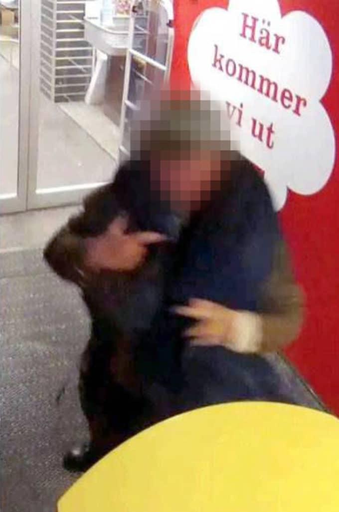 Mannen i 50-årsåldern knyter loss hundens koppel. Foto: Polisen