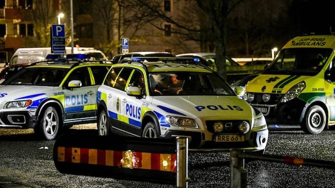 """Min åsikt är att det inte finns några """"no-go""""-zoner. Det är ju där vi jobbar, skriver Erik Åkerlund. På bilden: Sju polispatruller på plats i Husby efter en incident. Foto: ALEX LJUNGDAHL"""