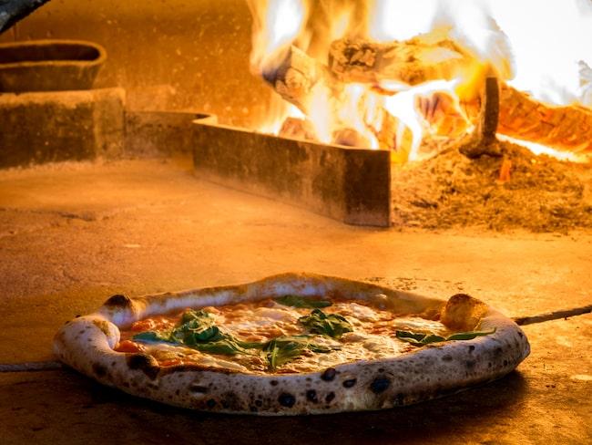 """Det som gör Neapel speciellt i pizzasammanhang är deras speciella """"pizzaiuolo"""", en sorts matlagningskonst där pizzan görs i fyra olika faser."""