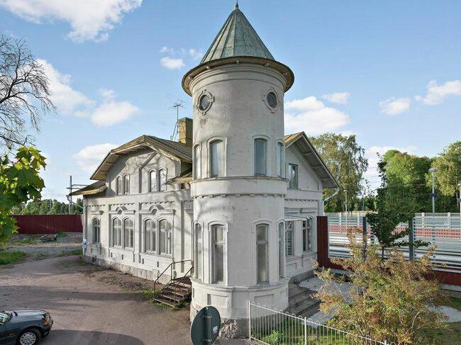 Nu har du chansen att ta över en gammal tåg- och järnvägsstation.
