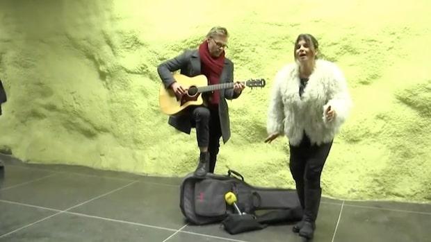 """Här kör Carola """"Främling"""" i tunnelbanan"""