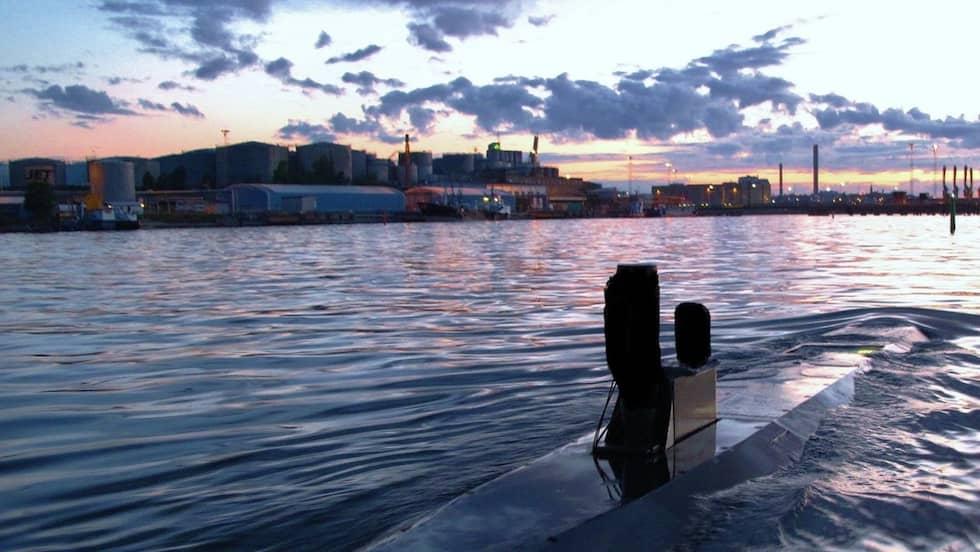 Området vid Lidingö – där det första fyndet av sovjetisk trotyl gjordes 1987 – som det ser ut i dag. Med en modern svensk dykarfarkost i förgrunden och cisternerna i bakgrunden. Foto: PETER-LORENTZ JOHNSSON