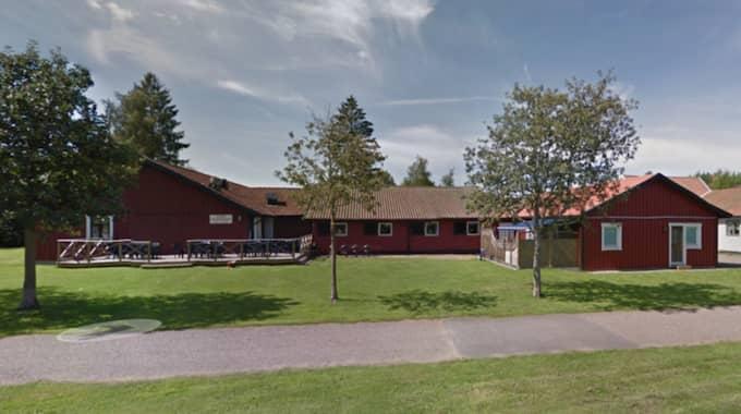 Polisanmälningen gäller att Bert Karlssons bolag Jakarjo bedrivit ett HVB-hem utan tillstånd på Skara vandrarhem. Foto: Google maps